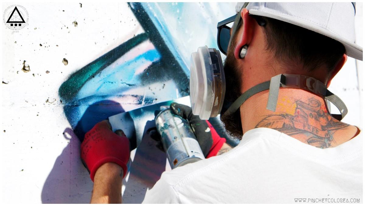 Grafitero profesional de Madrid pinta un pez en León