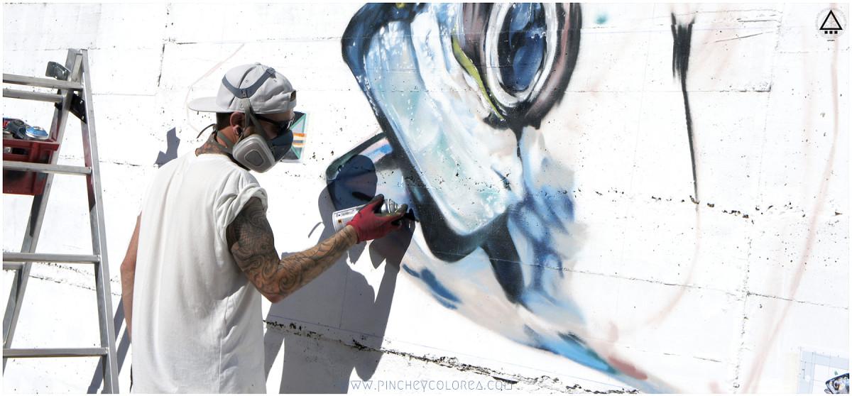 Grafitero profesional de Madrid pintando un pez